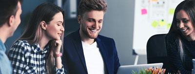 Menschen im Büro bei der Arbeit, Teamgespräch